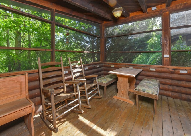 Gatlinburg Cabins - Pop-A-Bear - Screened Porch