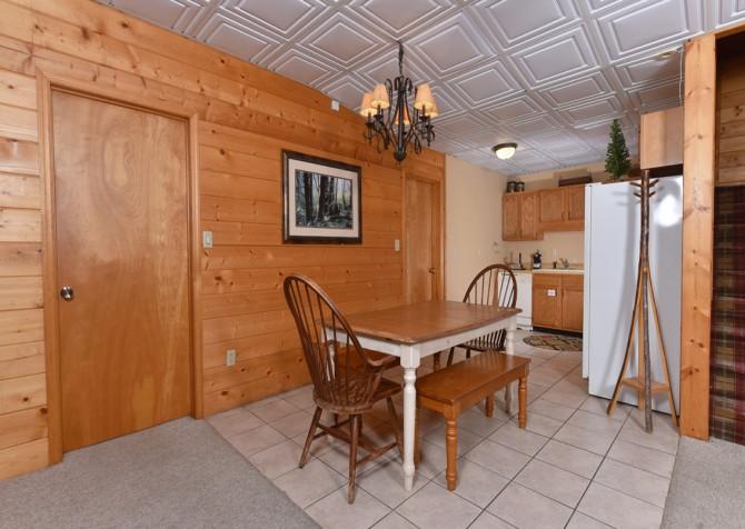 Gatlinburg Cabins - Pop-A-Bear - Dining Area