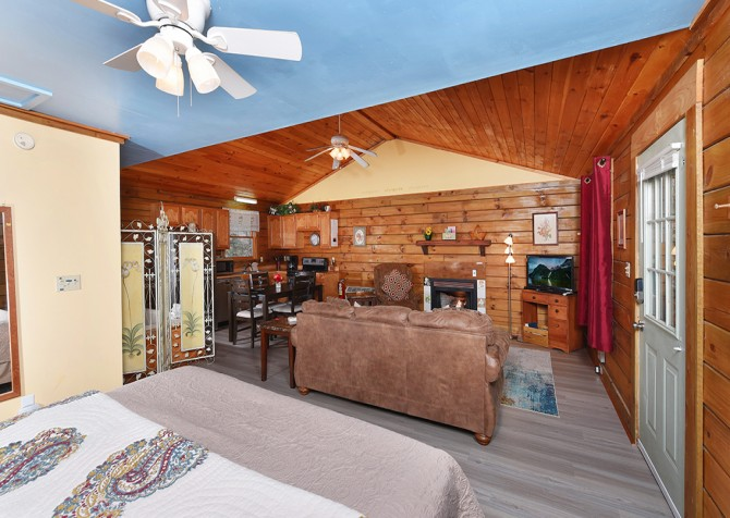 Gatlinburg Cabins - Precious Moments - Bedroom