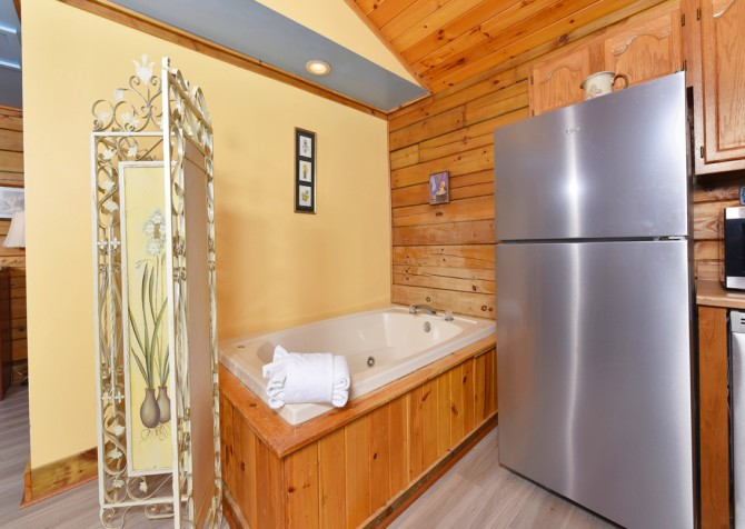 Gatlinburg Cabins - Precious Moments - Indoor Jetted Tub/Kitchen