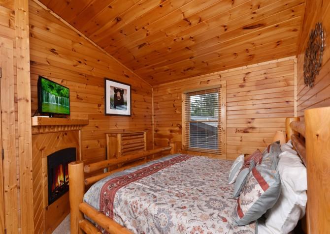Gatlinburg - Queen's Log Cabin - Bedroom