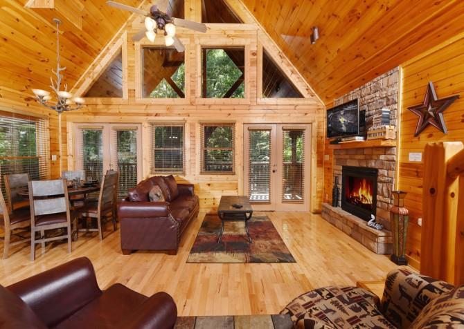 Gatlinburg - Queen's Log Cabin - Living Room