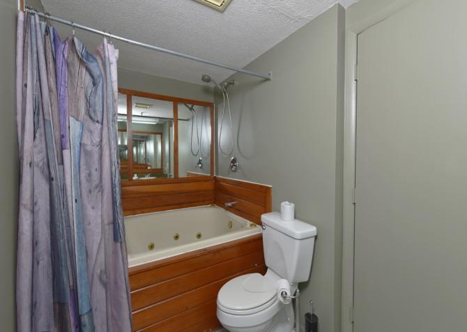 Gatlinburg Cabins - Red Oak Lodge - Bathroom