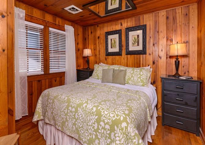 Gatlinburg Cabin - River Romance - Bedroom