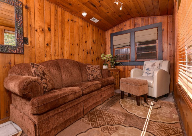 Gatlinburg Cabin - River Romance - Living