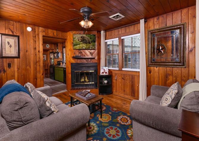 Gatlinburg Cabin - River Romance - Living Room