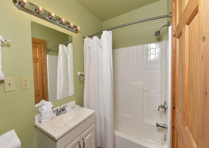 Gatlinburg Cabin - Simone's Cottage - Bathroom