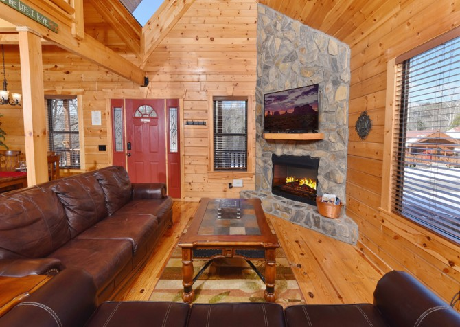Gatlinburg Cabins — Smoky Oak Retreat