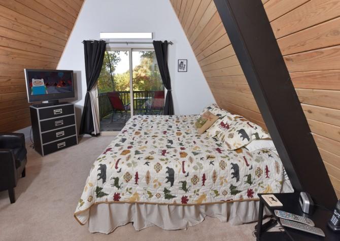 Gatlinburg Cabin - The Raven's Nest - Bedroom