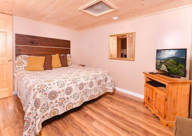 gatlinburg cabin – bird haven – bedroom