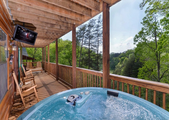 pigeon forge cabin – boo boo's den – outdoor hot tub