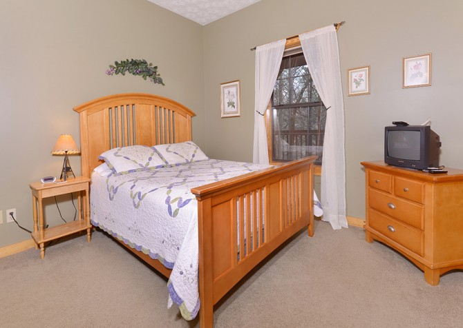 Gatlinburg Cabin - Hillside Escape - Bedroom