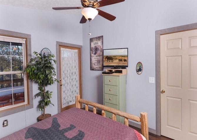 Gatlinburg Cabin - Honey Bear Heaven - Bedroom
