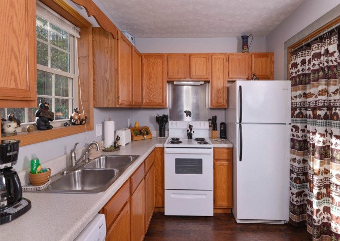 Gatlinburg Cabin - Honey Bear Heaven - Kitchen