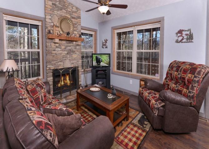 Gatlinburg Cabin - Honey Bear Heaven - Living Room