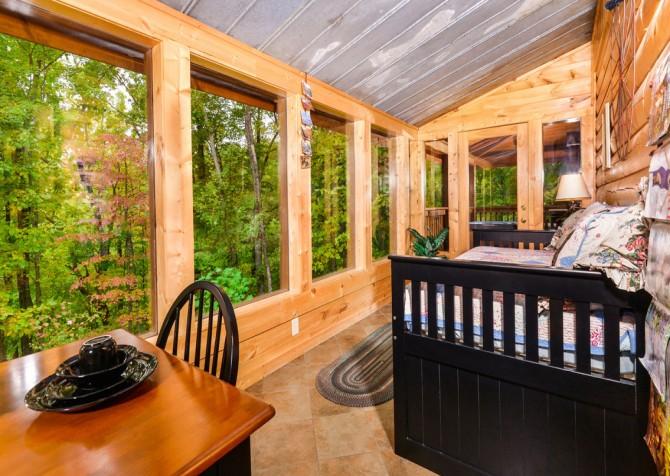 Gatlinburg Cabin- Jud's Place – Sunroom