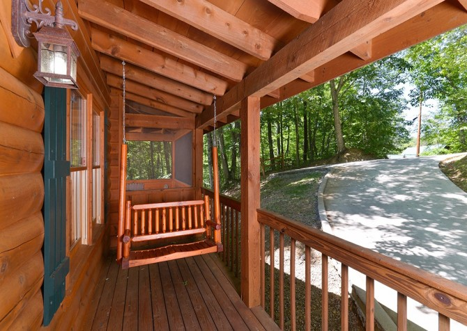 Gatlinburg Cabin- Nature's Splendor - Deck Swing