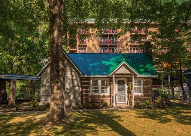 Gatlinburg Cabin- On River Time – Exterior