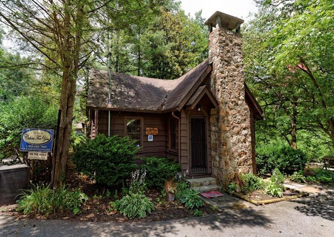 Gatlinburg Cabin- On The River – Exterior