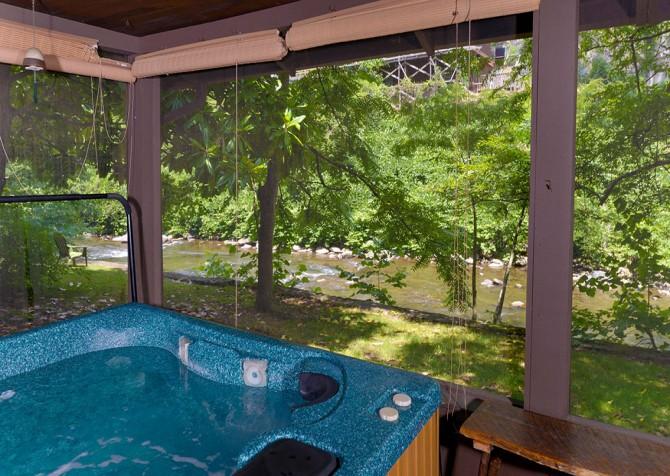 Gatlinburg Cabin- On The River – Outdoor Hot Tub