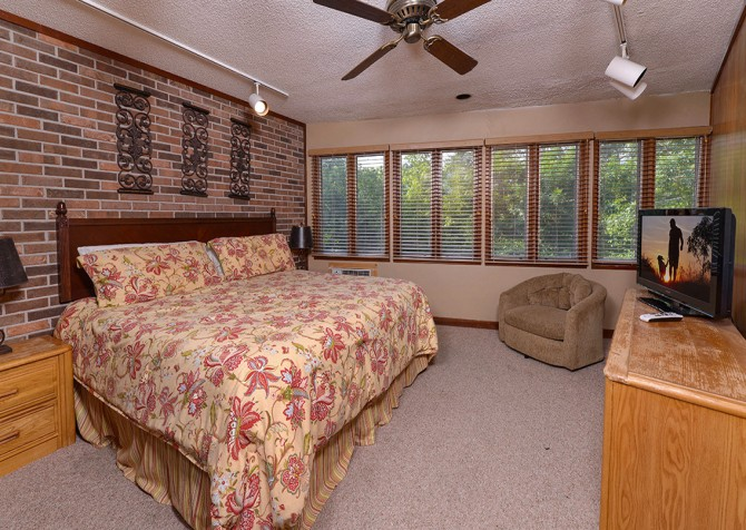 Gatlinburg Cabin- Panorama Point – Bedroom