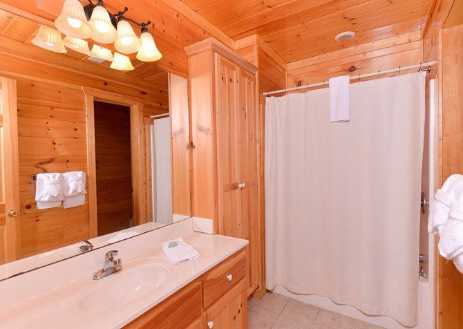 Gatlinburg Cabin - Pinnacle Vista Lodge - Bathroom