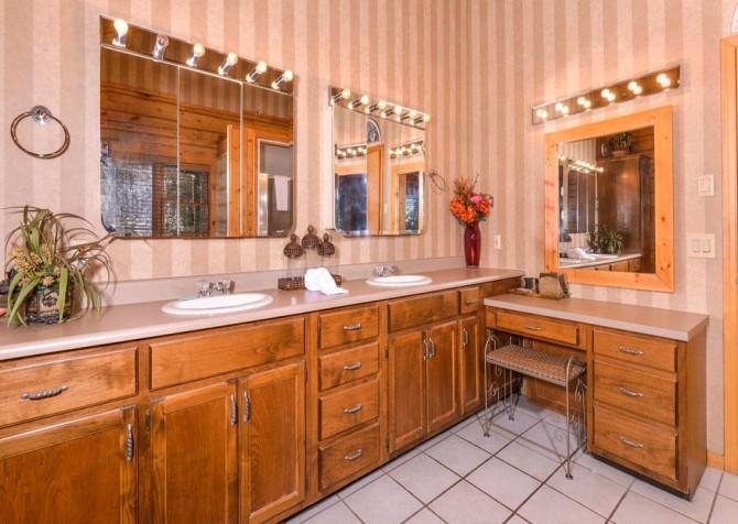 Gatlinburg Cabin- Pop A Bear – Bathroom