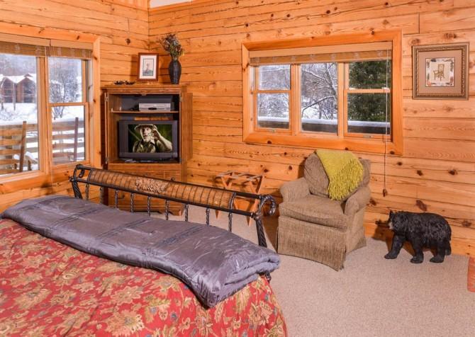 Gatlinburg Cabin- Pop A Bear – Bedroom