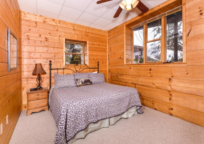 Gatlinburg Cabin- Pop A Bear – Bedroom