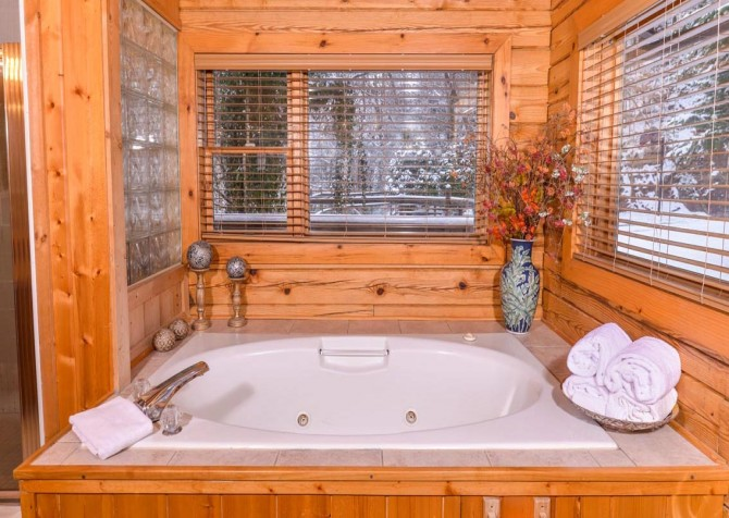 Gatlinburg Cabin- Pop A Bear – Indoor Jetted Tub