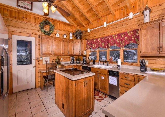 Gatlinburg Cabin- Pop A Bear – Kitchen