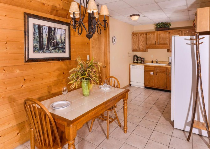 Gatlinburg Cabin- Pop A Bear – Dining Area