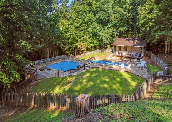 Cobbly Nob Resort - Community Outdoor Pool