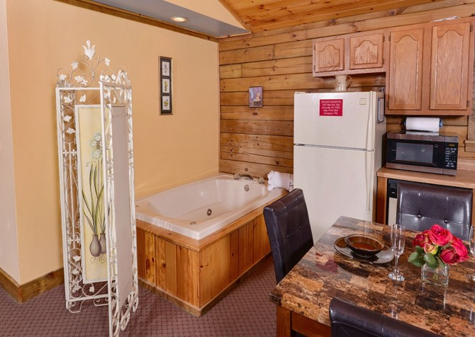 Gatlinburg Cabin- Precious Moments – Indoor Jetted Tub