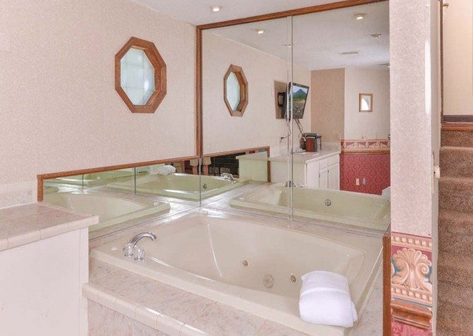 Pigeon Forge - A Romantic Hideaway - Indoor Jetted Tub