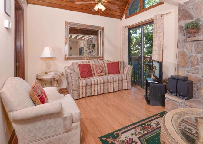 Pigeon Forge - A Romantic Hideaway - Living Room