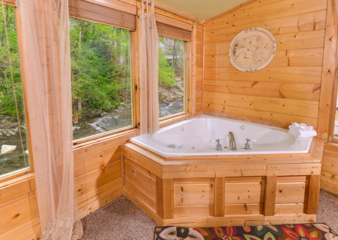 Gatlinburg Cabin - Simone's Cottage - Bedroom with Bath
