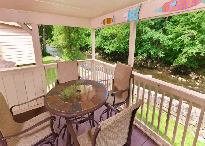 Gatlinburg Cabin - Simone's Cottage - Deck Table