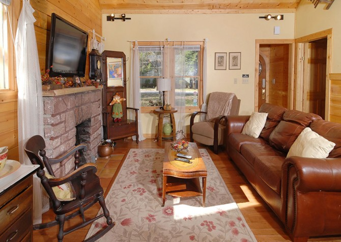 Gatlinburg Cabin - Simone's Cottage - Living Room