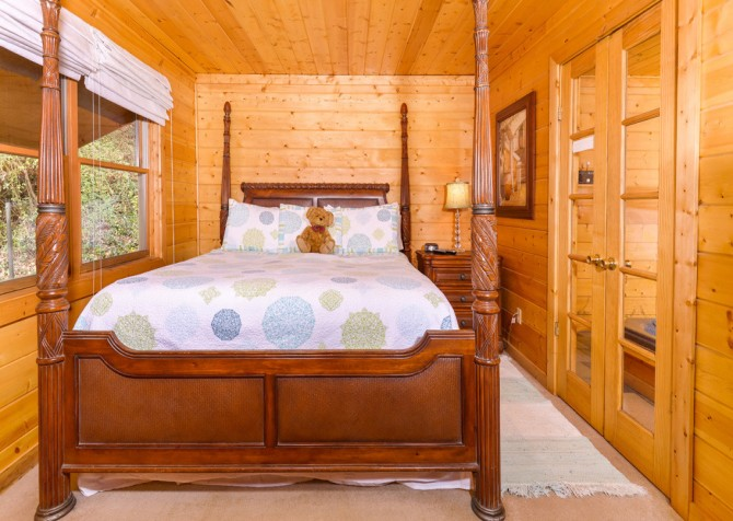 Gatlinburg Cabin - Skinny Dipping - Bedroom