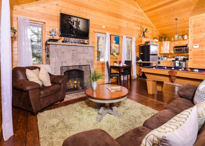 Gatlinburg Cabin - Skinny Dipping - Living Room