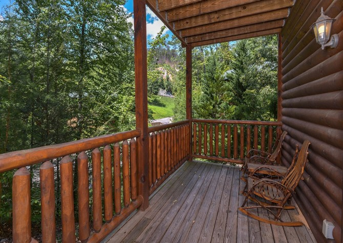 Gatlinburg Smoky Mountain Escape Covered Deck