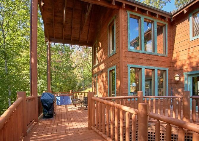 Gatlinburg Splashin Treehouse Covered Deck