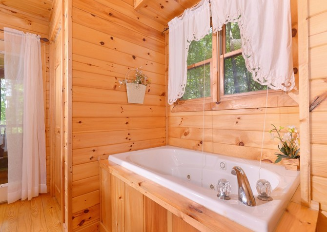 Gatlinburg Sweet Pickins Indoor Jetted Tub