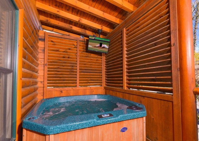 Pigeon Forge Cabin- Papa Bear Lodge – Outdoor Hot Tub