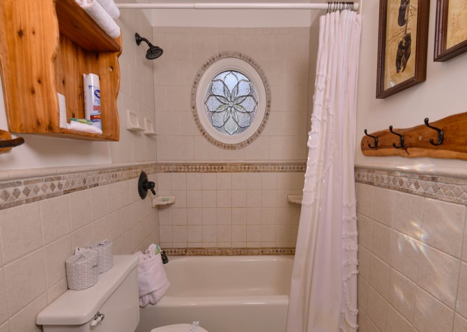 Pigeon Forge - Hillside Hideaway - Bathroom One