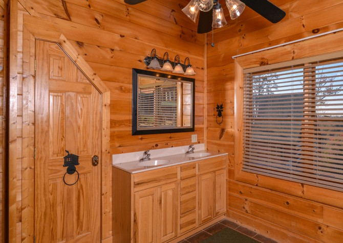 Pigeon Forge Cabin- It's A Wonderful Life – Master Bathroom