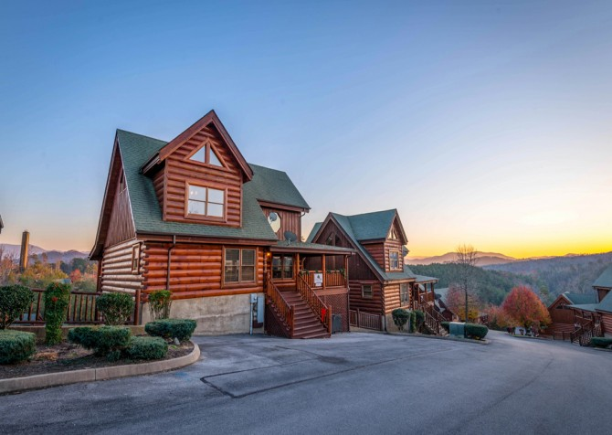 Pigeon Forge Cabin- It's A Wonderful Life – Exterior Front Sunset