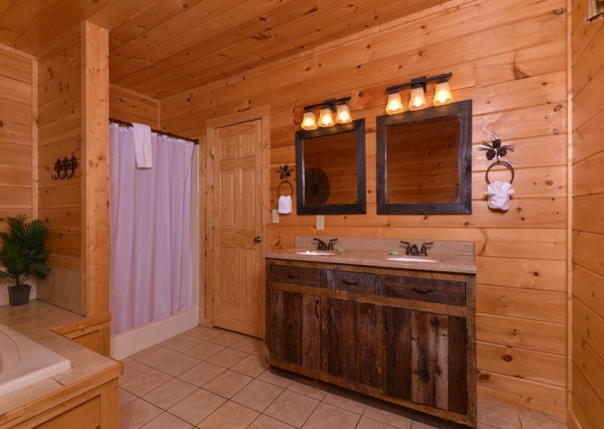 Pigeon Forge Cabin- It's All Good – Bathroom