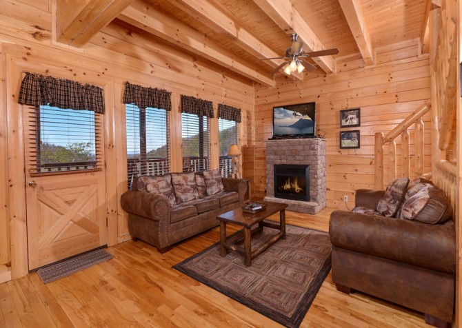 Pigeon Forge Cabin- It's All Good – Living Room